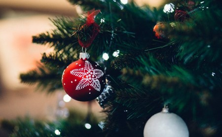 Doce árboles de navidad baratos para decorar la casa