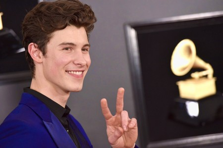 Shawn Mendes se enfunda en un vivaz look azul eléctrico para los premios GRAMMY