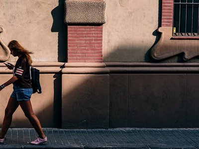 En el paraíso también hay zombies: Honolulu ya multa a los peatones que crucen mirando el móvil