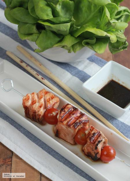 Brochetas de salmón marinado en soja y aceite de sésamo. Receta de barbacoa