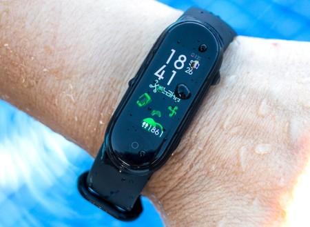 La nueva pulsera inteligente de Xiaomi tiene carga magnética y hoy vuelve a bajar de precio: hazte con la Mi Band 5 por 23,80 euros