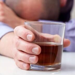 Cinco razones por las cuales el alcohol puede conducirte el aumento de peso