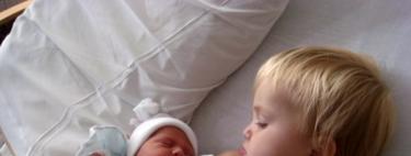 """""""Aquí está tu hermanito"""": nueve tiernos vídeos de hermanos mayores conociendo al nuevo bebé"""
