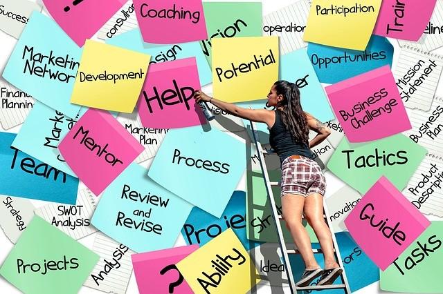 Notas adhesivas con conceptos empresariales y mujer en una escalera.