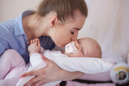 Madre Besa A Bebe Con Chupete