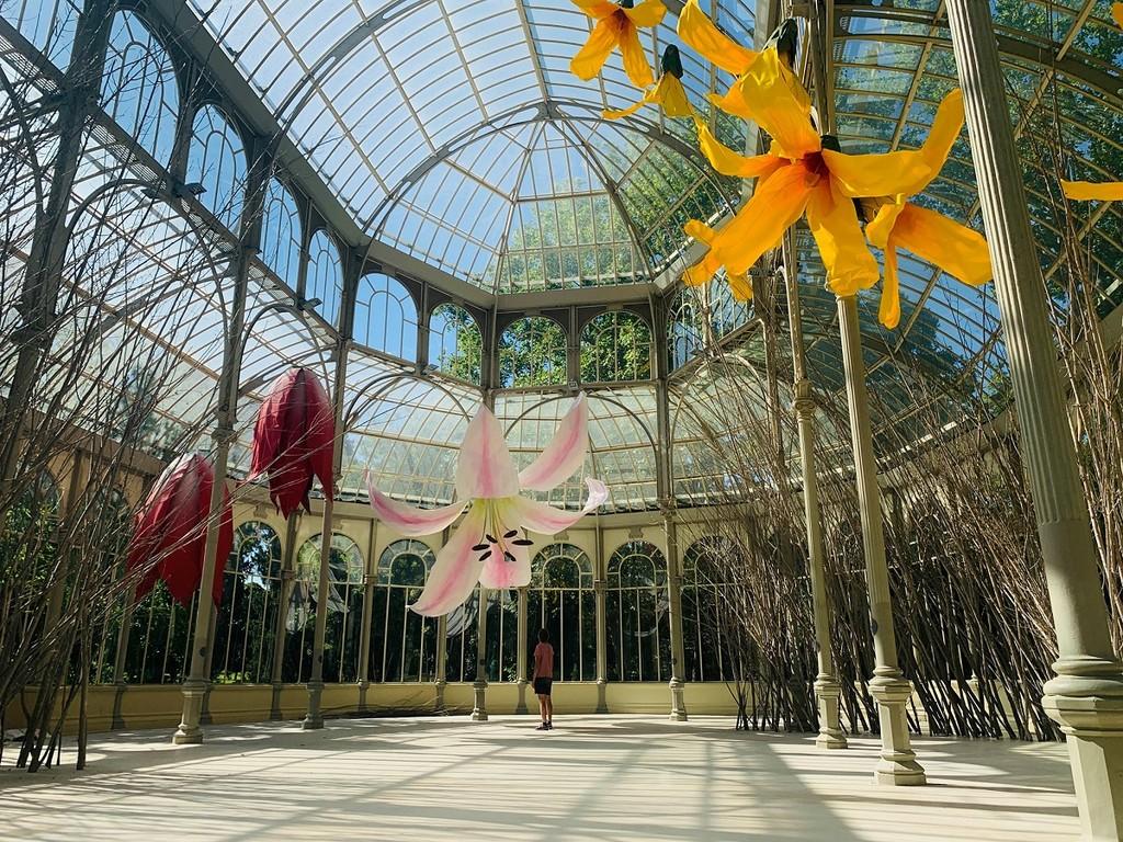 Las flores gigantes de Petrit Halilaj invaden el Palacio de Cristal de la mano del Reina Sofía