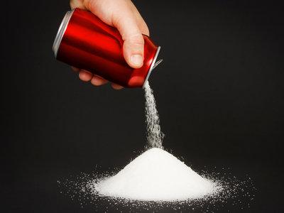 Acompañar una comida rica en proteínas con una bebida azucarada aumenta la acumulación de grasas