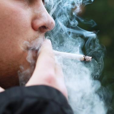 Retiran a un padre la custodia de sus dos hijos por fumar (mucho) delante de ellos