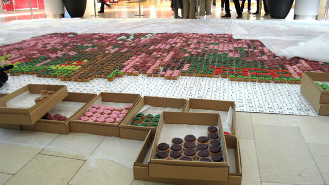 Gigante mosaico comestible hecho con cupcakes