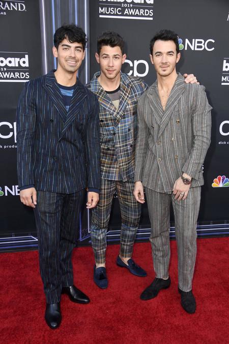 Los Jonas Brothers Le Dan Un Giro Artistico Y Colorido Al Look Sartorial Para Los Billboard Awards 2