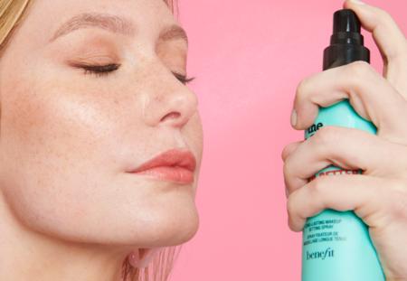 Benefit comienza 2021 con un fijador de maquillaje que promete dejar intacto nuestro look incluso con el roce de la mascarilla