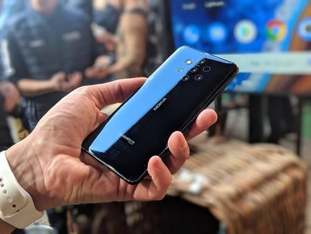 Los móviles más raros y exóticos del MWC: con teclados deslizables, blockchain y hasta proyectores integrados