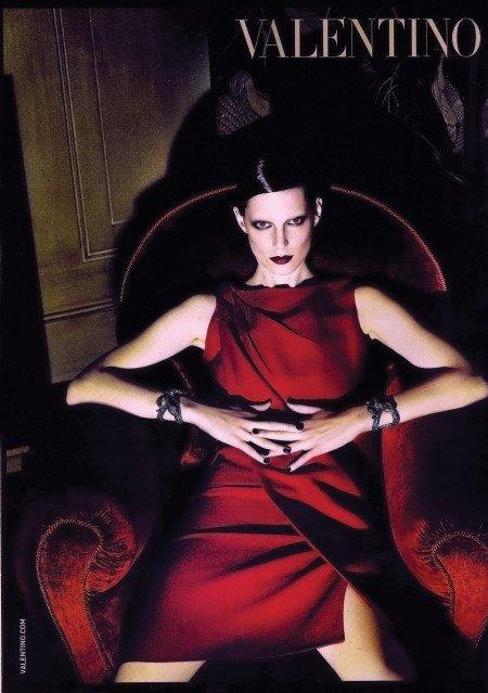 Colores a evitar por rubias elegantes: el fucsia y el rojo
