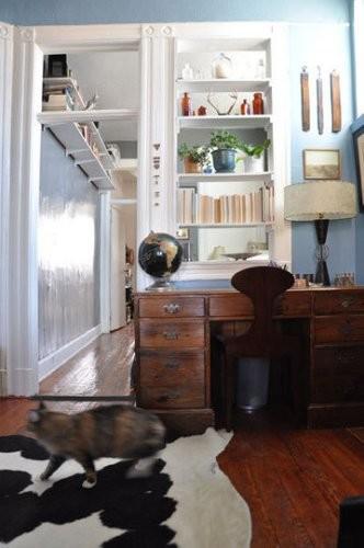 Cambia la decoración de tu pasillo con una estantería alta