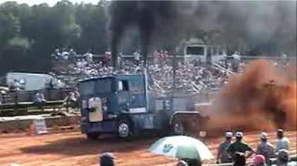 Nube negra: drags de camiones arrastrando arados por tierra