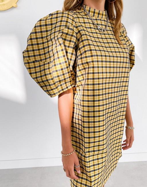 Vestido corto con manga abullonada de cuadros Vichy.