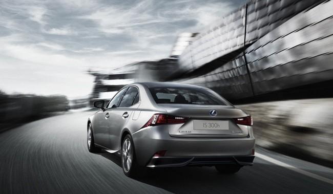 Lexus IS 300h vista trasera dinámica