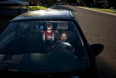 ¿Qué harías si vieras niños solos en un coche?