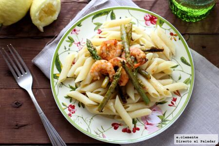Receta de penne rigate o macarrones con espárragos y langostinos, un plato la mar de completo