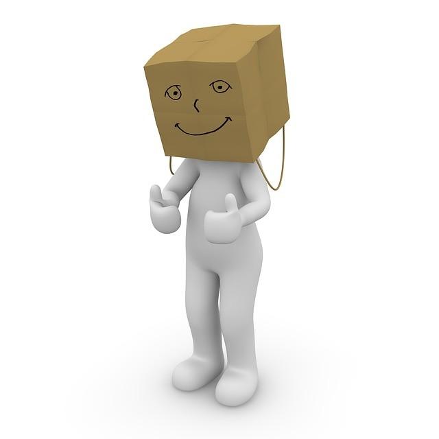 Muñeco con una caja de cartón sonriente en la cabeza.