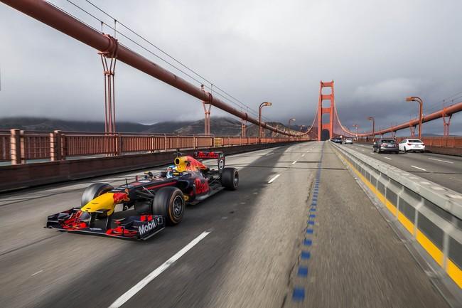 Video: Mira a Ricciardo llevar un Red Bull RB27 de San Francisco a Las Vegas