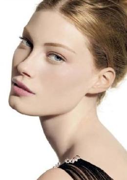 Cómo controlar los brillos de la cara con maquillaje