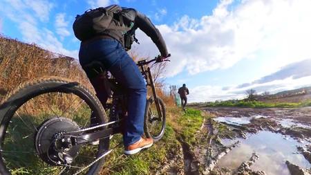 Vicesat manejando una bici convertida en eléctrica por él mismo.