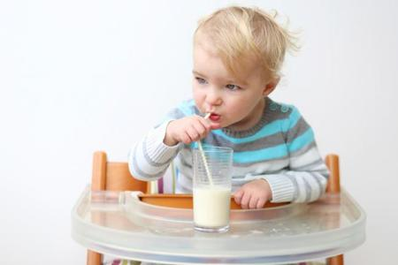 Dar a los niños leche sin lactosa sin ser intolerantes puede provocarles intolerancia a la lactosa