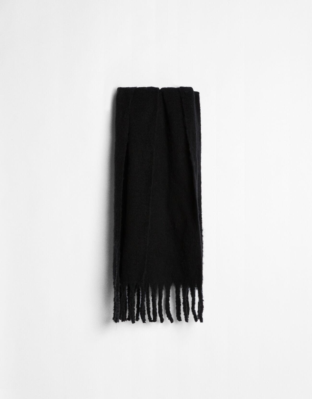 Bufanda oversize de color negro.