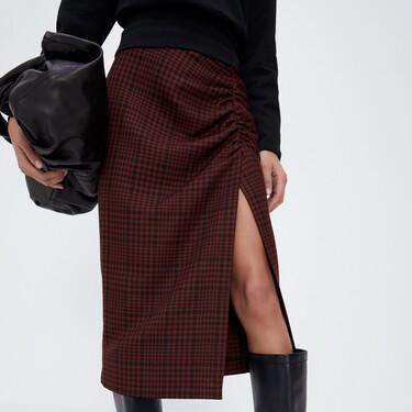 Zara tiene las faldas midi más ideales y versátiles para lucir con looks de día y de noche