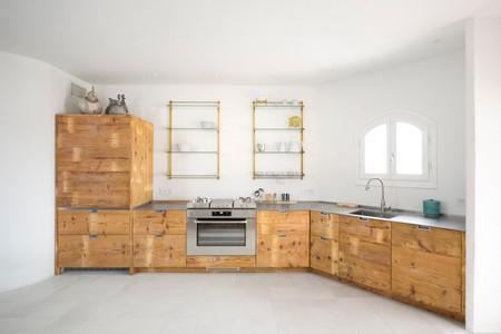 Una cocina de diseño artesanal con una encimera multifunción (de la que tomar nota)