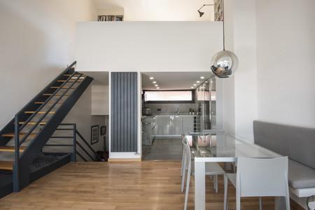 Pequeña pero funcional y conectada así es la cocina de este triplex en Barcelona