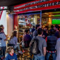 El fútbol en los bares, la nueva mina de oro de las 'telecos'