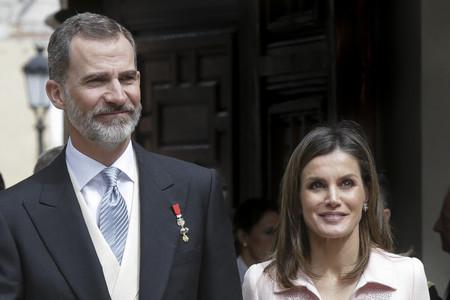 La Reina Doña Letizia se decanta por el rosa pastel, convirtiéndose así en la perfecta inspiración para bodas y comuniones