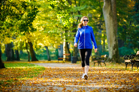 Mujer paseando parque