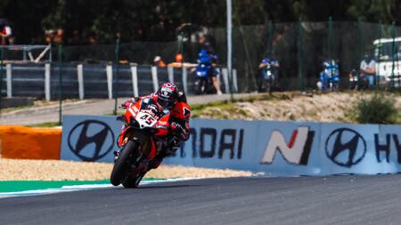 Scott Redding aprovecha el muro de Toprak Razgatlioglu contra Jonathan Rea para ganar en Estoril