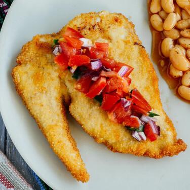 Milanesas de pollo empanadas con pico de gallo: receta fácil