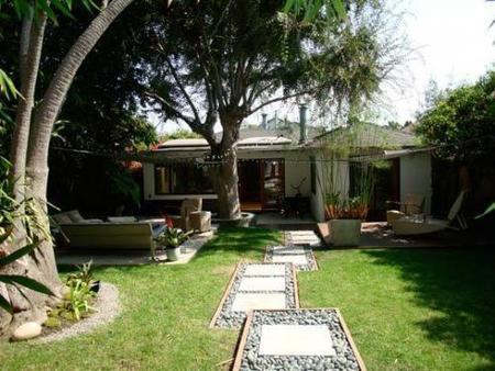 Un camino de jardín hecho con distintos materiales