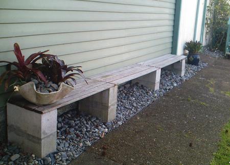 Cinco bancos para el jardín con bloques prefabricados de cemento