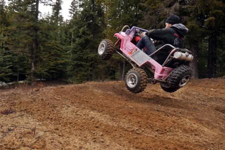 Y este juguete diabólico es un Jeep de Barbie con un motor de 50 CV ideal para hacer el bestia por el campo