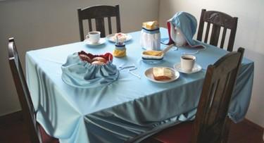 Vistiendo la mesa para el desayuno