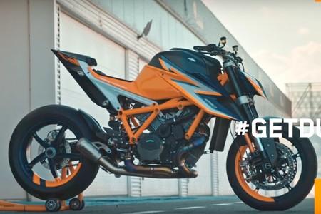 ¡Al desnudo! La nueva KTM Super Duke R reaparece para meter miedo por Halloween vestida de circuito