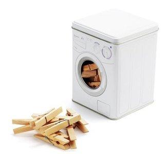 Guarda las pinzas en una lavadora