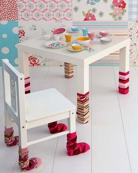 Una buena idea: calcetines en las patas de mesas y sillas para proteger el suelo