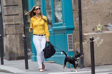 Amarillo y blanco, el contraste del verano con Hilary Swank