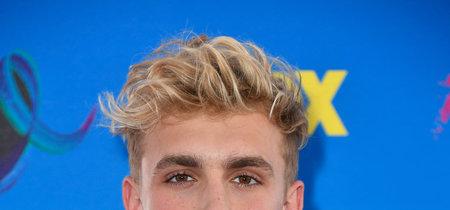 En los Teen Choice Awards, la bomber sigue siendo parte del uniforme de los millennials en la red carpet