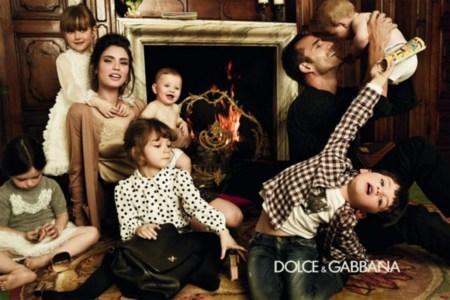 Familia que viste unida de Dolce Gabbana, permanece unida