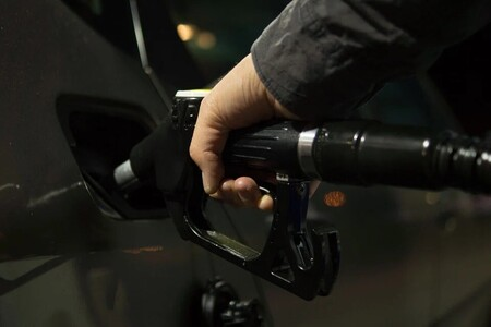 Llenar el depósito en España no sale barato: estas son las gasolineras que te permitirán ahorrar