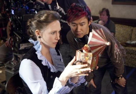 Vera Farmiga y James Wan durante el rodaje de Expediente Warren: The Conjuring