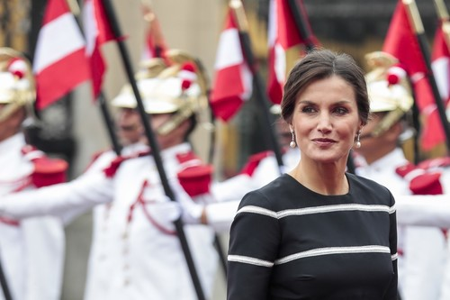 Doña Letizia inicia su viaje de Estado a Perú luciendo un   vestido  de 4.253 €